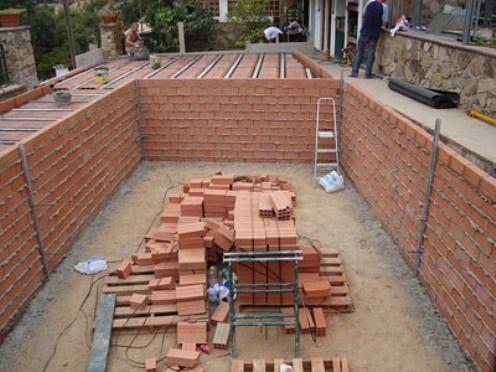 Como hacer una piscina de ladrillos huecos en tu jardin for Construccion de piscinas con ladrillos