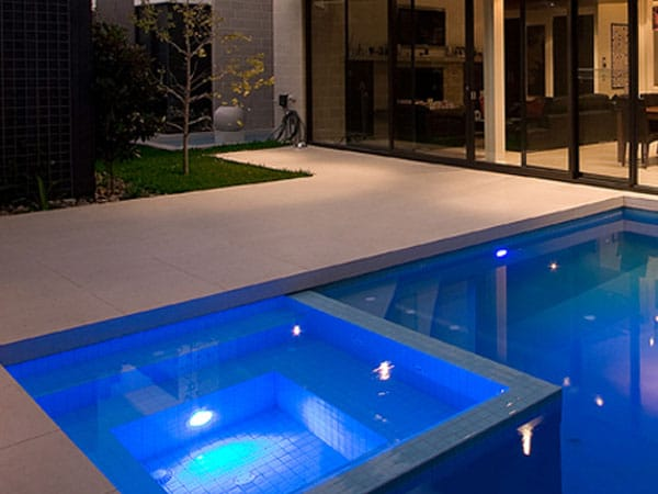 Como hacer una piscina de obra con ladrillos for Valor de una piscina de hormigon