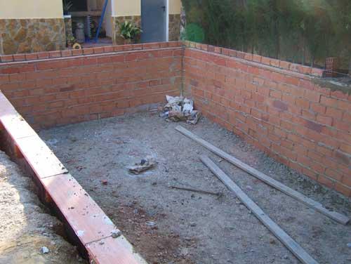 Como hacer una piscina de ladrillos huecos en tu jardin for Ladrillos para piletas