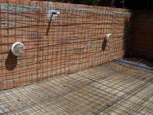 Como hacer una piscina de ladrillos huecos en el jardin