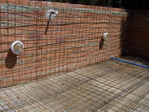 Como hacer una piscina de ladrillos huecos en tu jardin Construir una pileta de ladrillos